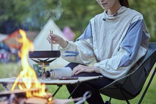 ソロキャンプをする若い日本人女性の写真素材 [FYI04917394]