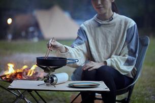 ソロキャンプをする若い日本人女性の写真素材 [FYI04917395]