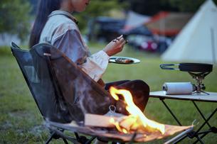 ソロキャンプをする若い日本人女性の写真素材 [FYI04917399]