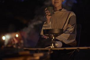 ソロキャンプをする若い日本人女性の写真素材 [FYI04917400]