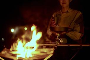 ソロキャンプをする若い日本人女性の写真素材 [FYI04917401]