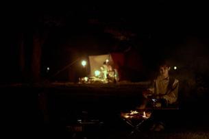 ソロキャンプをする若い日本人女性の写真素材 [FYI04917403]