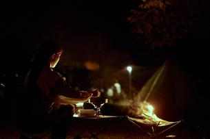 ソロキャンプをする若い日本人女性の写真素材 [FYI04917404]
