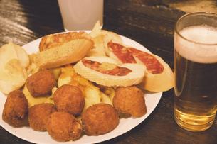 スペイン マドリードのバルでグラスビールと山盛りのタパスの写真素材 [FYI04917433]