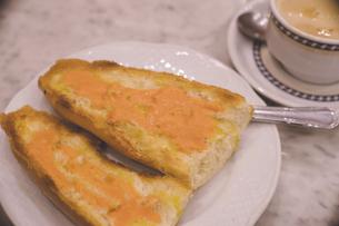 スペイン マドリードのカフェでパンコントマテとカフェラテの朝食の写真素材 [FYI04917438]