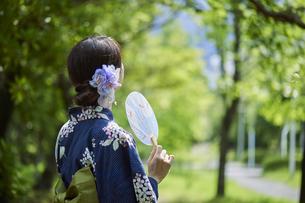 浴衣を着た若い日本人女性の写真素材 [FYI04917478]