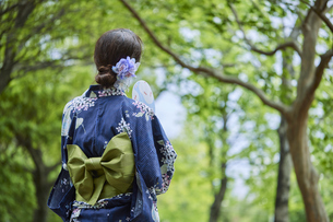 浴衣を着た若い日本人女性の写真素材 [FYI04917481]