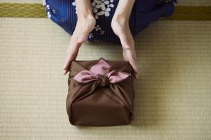 贈り物を差し出す和服姿の女性の手元の写真素材 [FYI04917503]