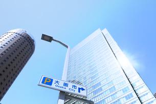 大阪市の案内板と超高層ビルの写真素材 [FYI04917504]