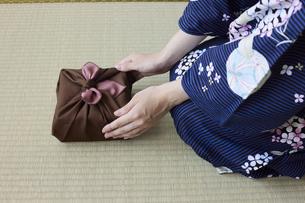 贈り物を差し出す和服姿の女性の手元の写真素材 [FYI04917507]