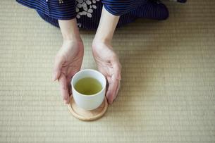 お茶を差し出す和服姿の女性の手元の写真素材 [FYI04917518]