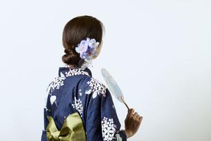 浴衣を着た若い日本人女性の写真素材 [FYI04917529]
