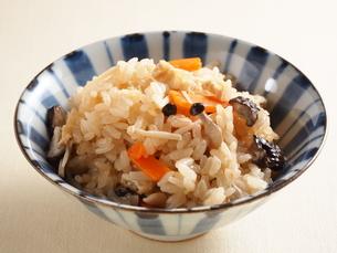 キノコの炊き込みご飯の写真素材 [FYI04917555]