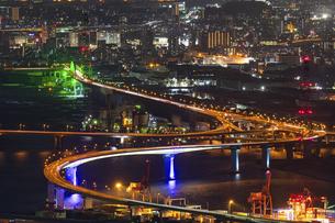 広島市夜景 海田大橋、仁保ジャンクション、黄金山の写真素材 [FYI04917657]