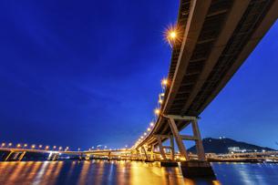 夜景 海田大橋、仁保ジャンクションの写真素材 [FYI04917663]