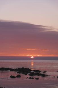 赤く染まる空と共に沈む夕日~礼文島~の写真素材 [FYI04917689]