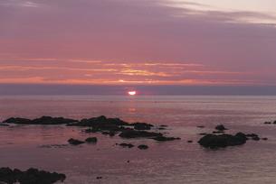 赤く染まる空と共に沈む夕日~礼文島~の写真素材 [FYI04917690]