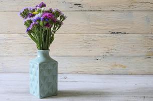 水色の花瓶とスターチスの花束の写真素材 [FYI04917695]