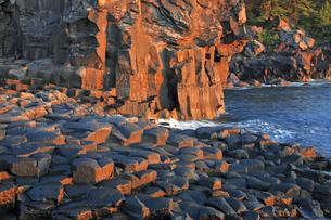 12月 伊豆半島城ケ崎の岩礁美と朝日の写真素材 [FYI04917738]