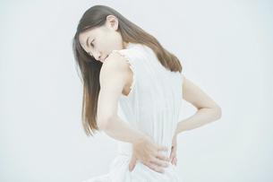 腰痛に悩む若い女性の写真素材 [FYI04917878]