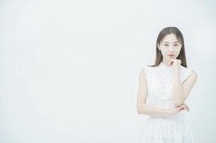 ストレスを抱えた表情をする若い女性の写真素材 [FYI04917880]