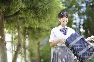 自転車を押して歩く中学生の写真素材 [FYI04917888]