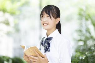 読書をする中学生の写真素材 [FYI04917900]