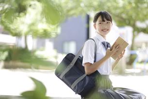 読書をする中学生の写真素材 [FYI04917910]