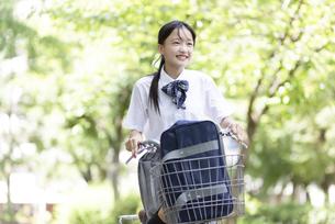 自転車に乗る中学生の写真素材 [FYI04917937]