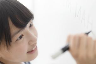 ホワイトボードに書く中学生の写真素材 [FYI04917968]