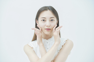 肌の状態を確かめる女性の写真素材 [FYI04917976]