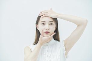 肌の状態を確かめる女性の写真素材 [FYI04917979]