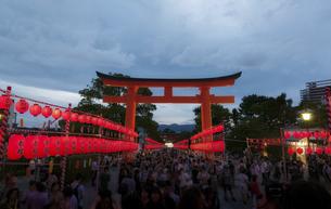 伏見稲荷大社の本宮祭の夜景の写真素材 [FYI04917992]