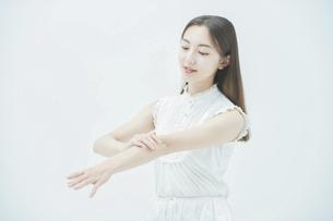 腕の肌の状態を確かめる若い女性 の写真素材 [FYI04917993]