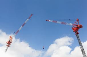 青空と雲を背景とした2基のクレーンの写真素材 [FYI04917995]