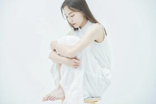 ストレスを抱えた表情をする若い女性の写真素材 [FYI04918009]