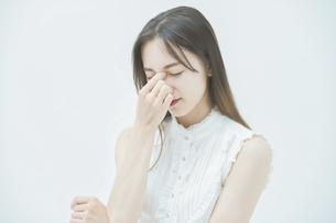 ストレスを抱えた表情をする若い女性の写真素材 [FYI04918012]