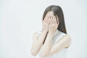 ストレスを抱えた表情をする若い女性の写真素材 [FYI04918016]