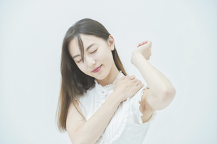 肩こりに悩む若い女性の写真素材 [FYI04918024]