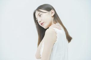 肩こりに悩む若い女性の写真素材 [FYI04918025]