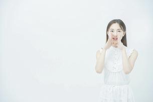 応援する若い女性の写真素材 [FYI04918036]