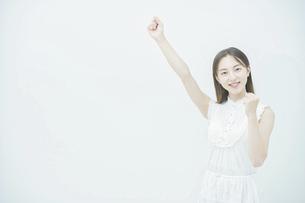 応援する若い女性の写真素材 [FYI04918038]