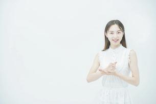 閃くポーズをする若い女性の写真素材 [FYI04918039]
