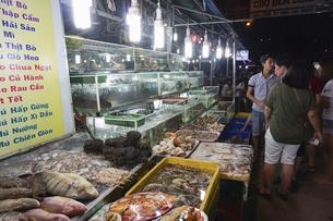フーコック島のナイトマーケットの写真素材 [FYI04918095]