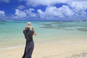 奄美大島の海を眺める女性の写真素材 [FYI04918104]