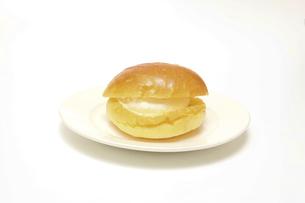 生クリームをはさんだパンの写真素材 [FYI04918136]