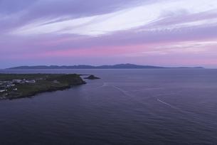 利尻島から見える朝焼けと礼文島の写真素材 [FYI04918143]