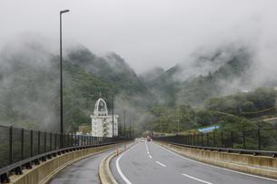 湯の山かもしか大橋から見る霧がかる湯の山温泉の写真素材 [FYI04918319]