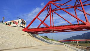 朝の赤い鉄橋を渡る直前のれいんどりーむ号の写真素材 [FYI04918375]