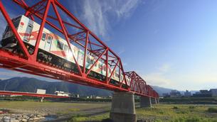 朝の赤い鉄橋を渡る輝くれいんどりーむ号の写真素材 [FYI04918378]